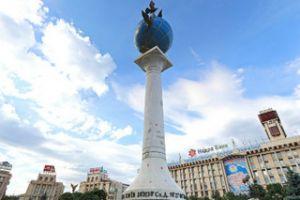 Знак расстояний между городами мира (нулевой километр) на площади Независимости