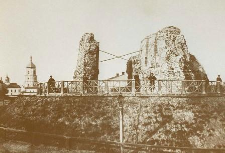 остатки фундамента золотых ворот после разрушений