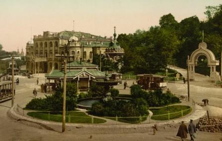 Дом Купеческого собрания и трамвайная остановка на Европейской площади в 1890-1900 годах