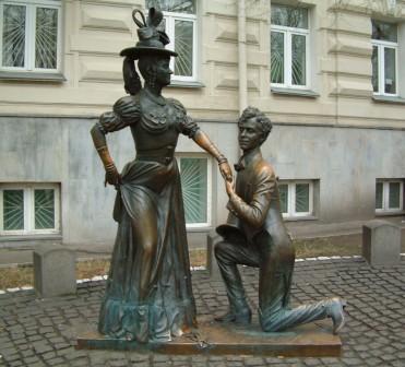 Памятник посвященный фильму За двумя зайцями скульптура Свирида Петровича Голохвостого и Прони Прокоповны