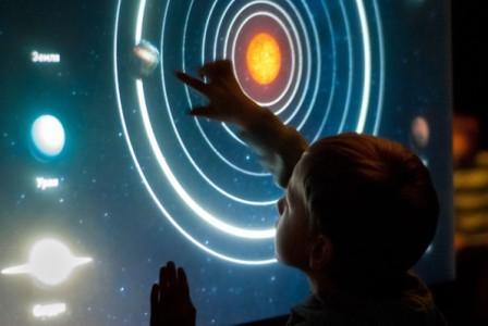Сенсорная панель (экран-атракцион) в планетарии кинотеате atmasfera 360 Киев