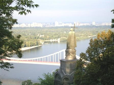 Фото памятника святому Владимиру Великому  с панорамой правого берега днепра