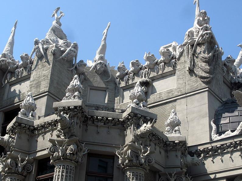 Дом с химерами скульптуры