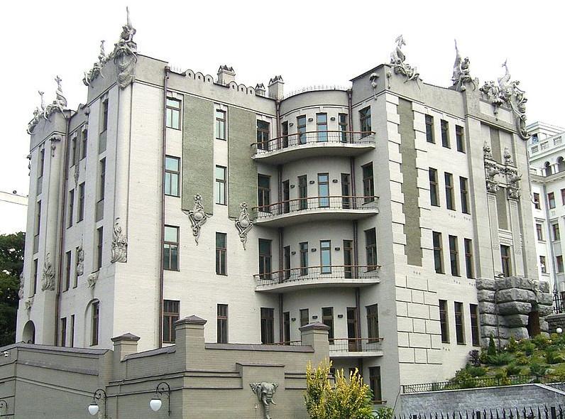 Фасад дома с химерами